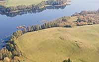 pagórkowaty ze spadkiem w kierunku jeziora